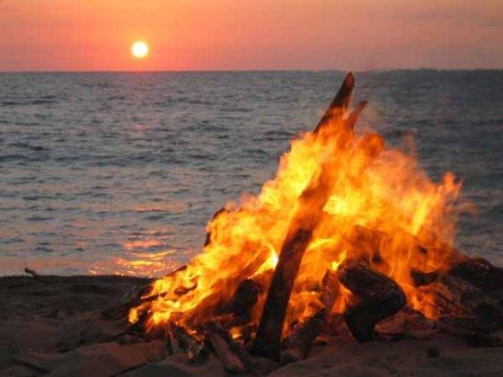 Hoguera de San Juan en la costa granadina