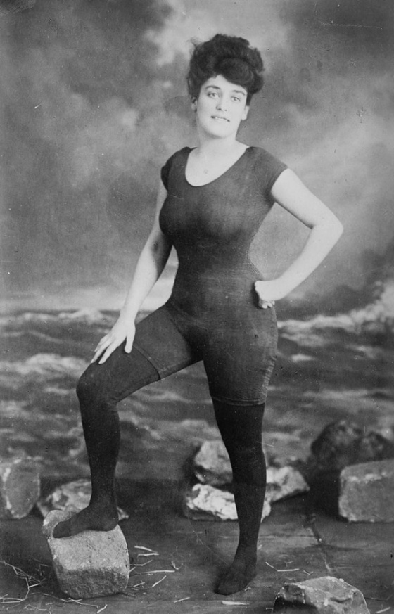 Annette Kellerman 1907: se fotografió en traje de baño y vendió su retrato como postal. Fue juzgada por inmoral